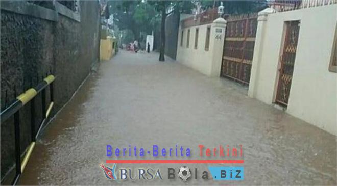 Banjir 80 Cm Dengan Jebol Tanggul Dimuara Angke 500 Warga Masih Tertahan