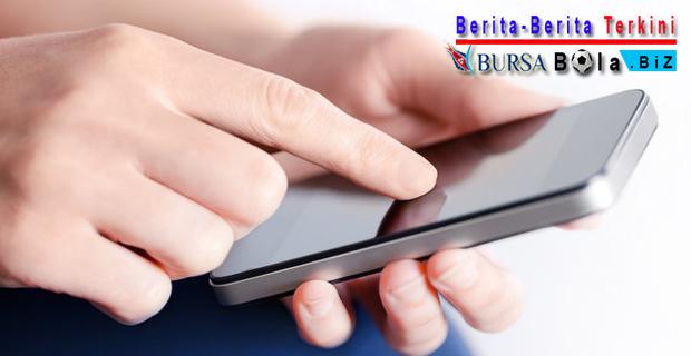 Memakai Smartphone Terlalu Lama Picu 3 Dampak Negatif Berikut